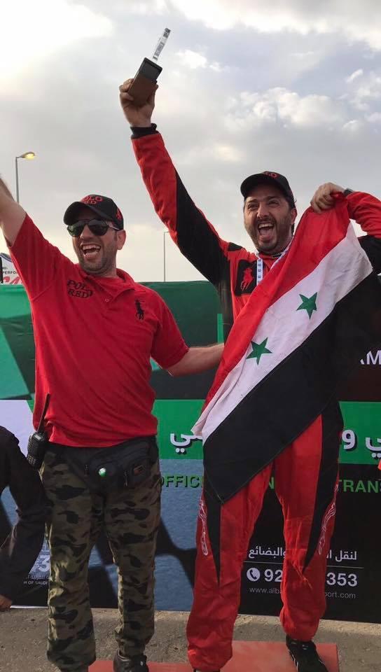 المتسابق فادي حمادة يرفع علم النظام السوري في السعودية (حساب حمادة في فيس بوك)