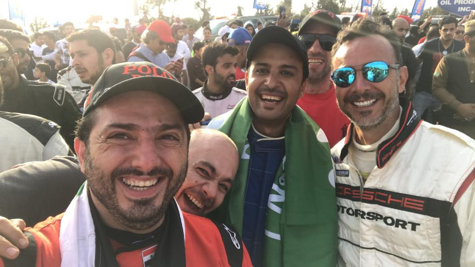 المتسابق فادي حمادة إلى جانب عددٍ من المشاركين في مسابقة الواحة السعودية (حساب حمادة في فيس بوك)