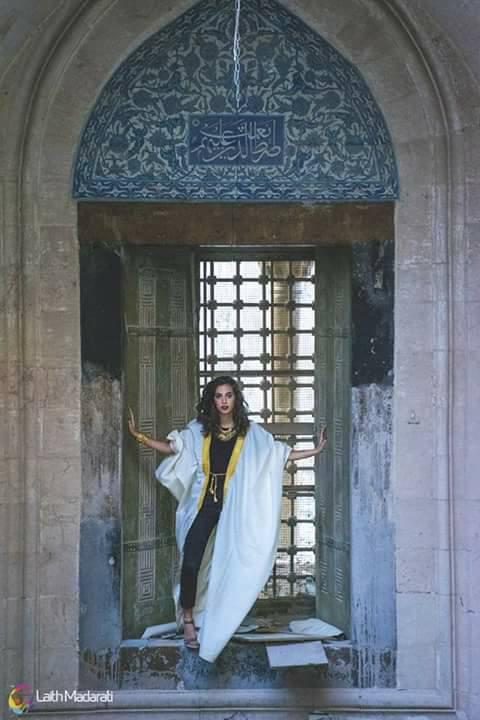 صور عارضة الأزياء في مسجد العادلية بحلب (فيس بوك)