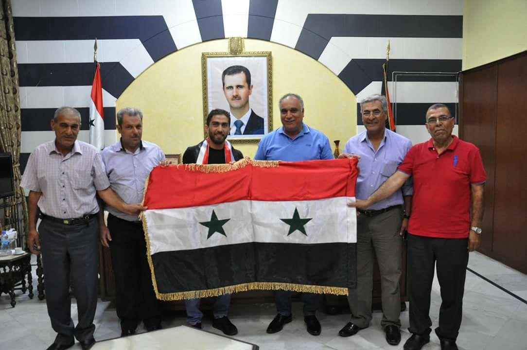 اللاعب السوري فراس الخطيب إلى جانب محافظ حمص طلال البرازي (مجلس المحافظة)
