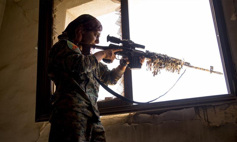 مقاتلة من قوات سوريا الديموقراطية في أحياء مدينة الرقة - 5 آب 2017 - (غضب الفرات)
