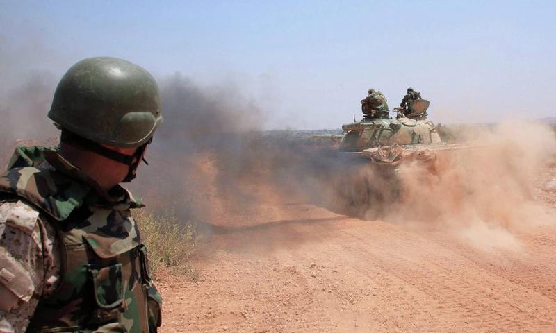 عنصر من قوات الأسد خلال المعارك الدائرة ضد تنظيم الدولة في ريف الرقة الجنوبي - (انترنت)