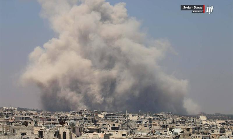 الدخان المتصاعد من انفجار مستودع الذخائر في درعا البلد - 8 آب 2017 - (نبأ)