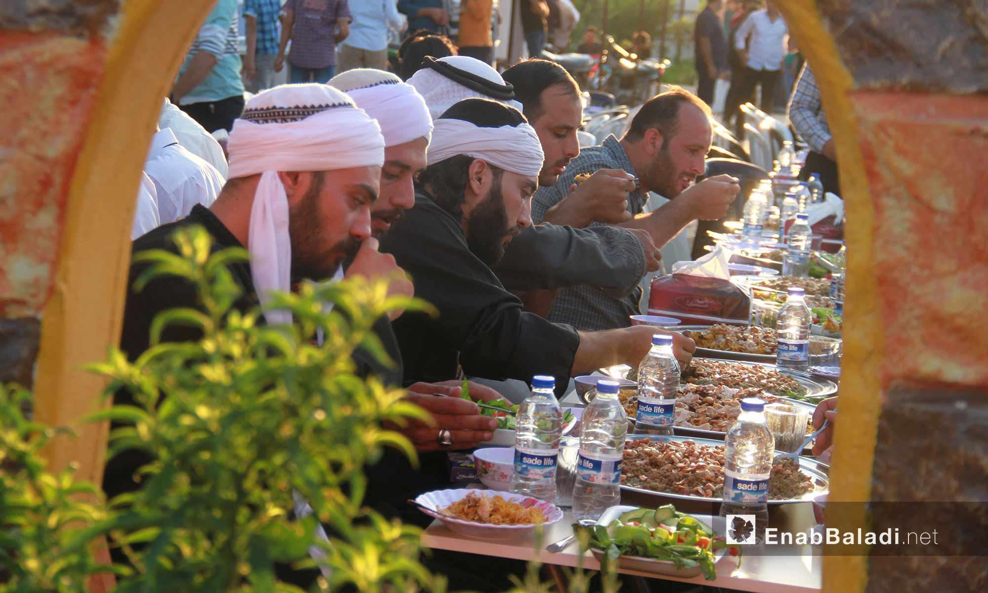 غداء الزفاف الجماعي لشباب داريا في محافظة إدلب - 9 آب 2017 (عنب بلدي)