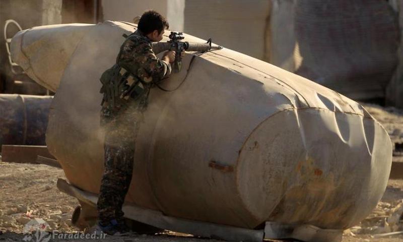 مقاتل من قوات سوريا الديموقراطية في مدينة الرقة - آب 2017 - (رويترز)