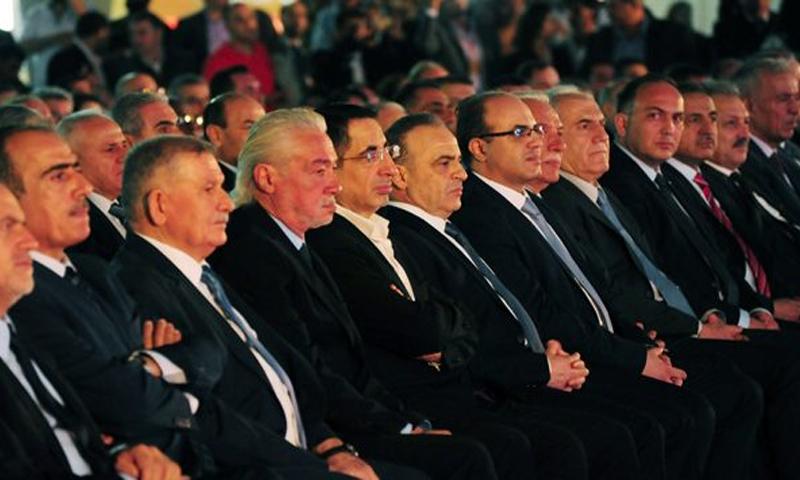 عماد خميس إلى جانب الزوار أثناء افتتاح معرض دمشق الدولي (التلفزيون السوري)