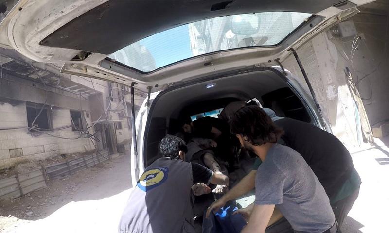 فرقة الدفاع المدني تقوم بإخلاء الجرحى في حي جوبر - 4 آب 2017 (الدفاع المدني السوري)