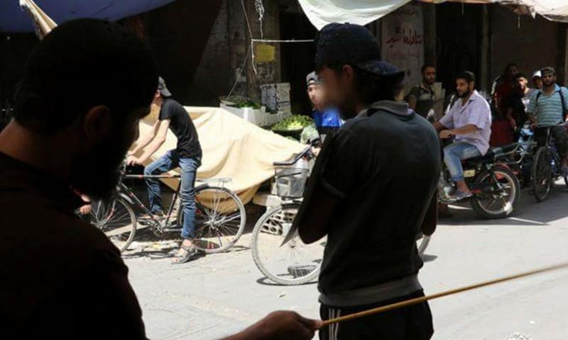 """إقامة الحد على رجل جاهر بالتدخين جنوب دمشق بحسب رواية تنظيم """"الدولة"""" (المكتب الإعلامي للتنظيم)"""