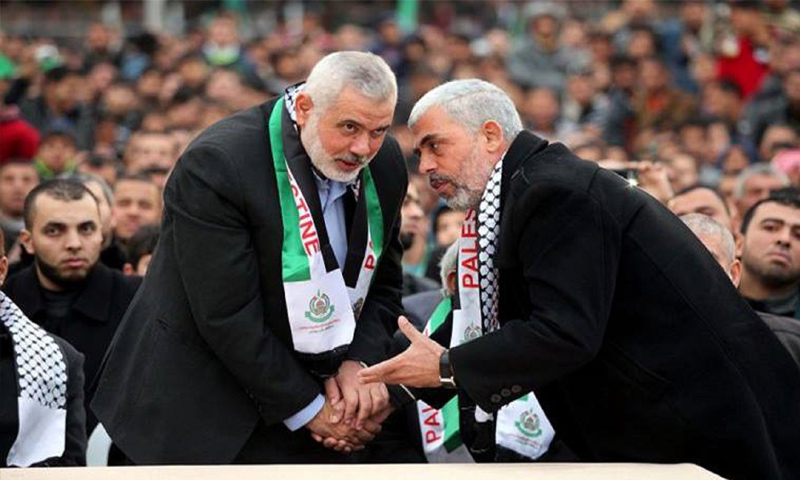 قائد حركة حماس في قطاع غزة يحيى السنوار مع زعيمها السابق إسماعيل هنية (إنترنت)