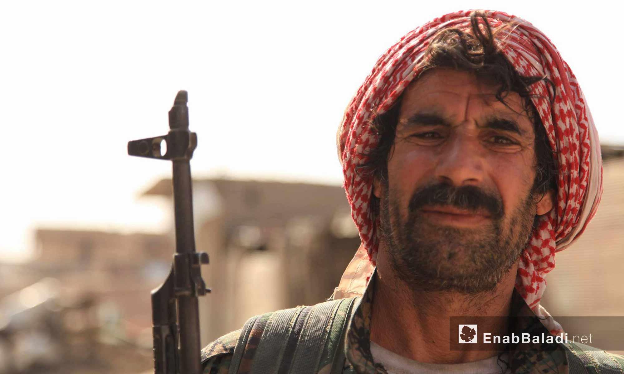 مقاتل من قوات سوريا الديمقراطية داخل مدينة الرقة - 15 آب 2017 (عنب بلدي)