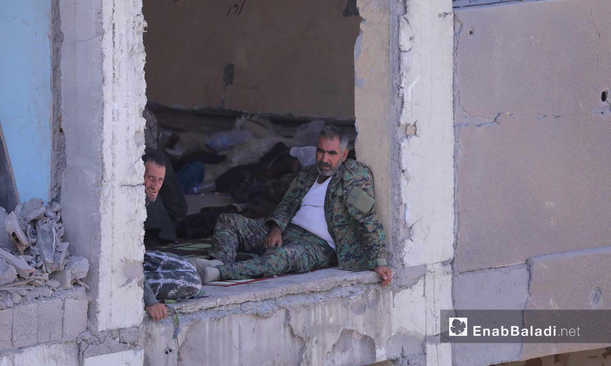 مقاتلون من قوات سوريا الديمقراطية داخل مدينة الرقة - 15 آب 2017 (عنب بلدي)