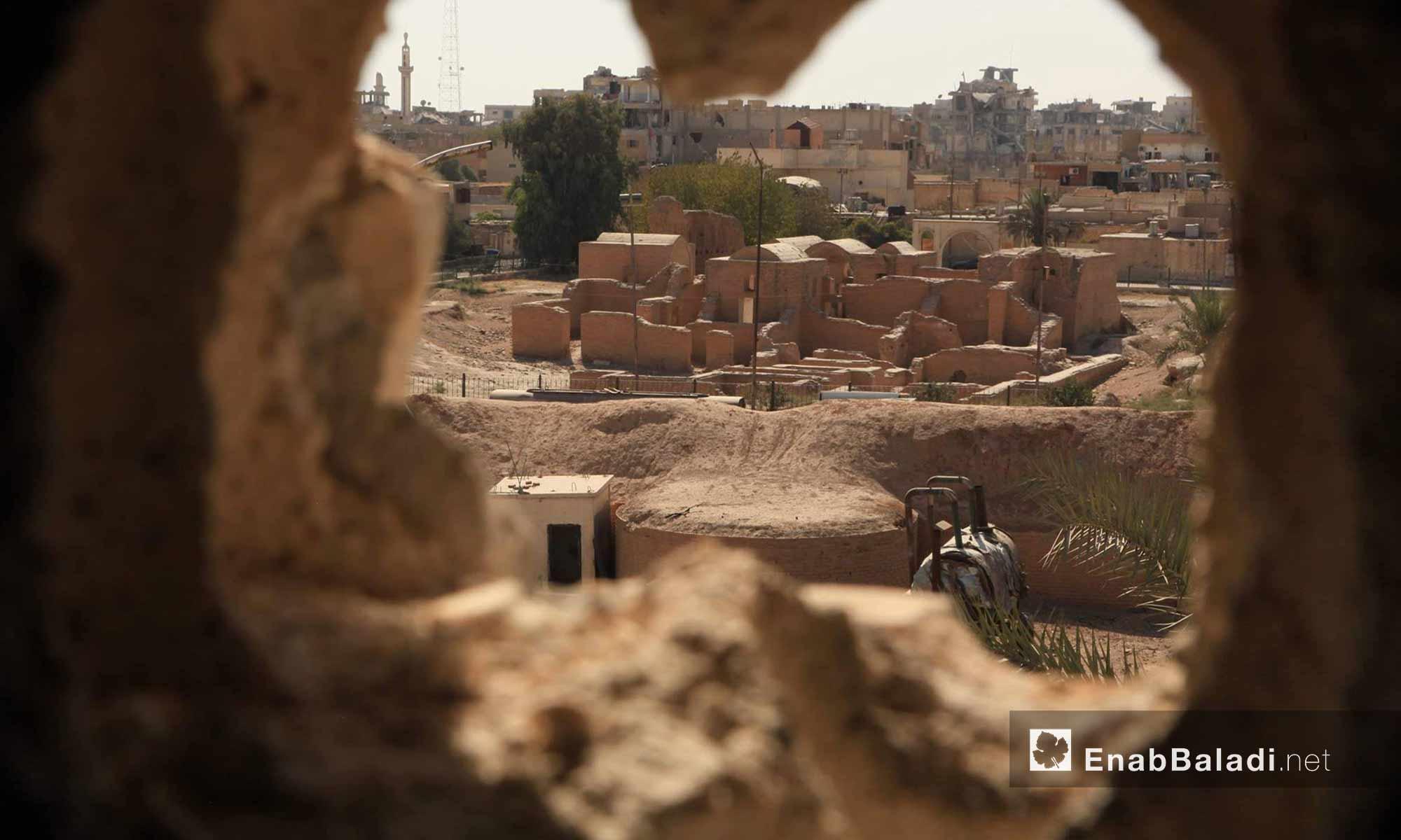 بيوت وأبنية داخل مدينة الرقة حي هشام بن عبد الملك (مركز المدينة) - 15 آب 2017 (عنب بلدي)