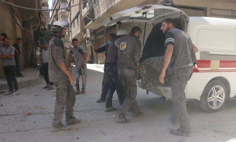 فرق الدفاع المدني تسعف جرحى القصف الجوي على بلدة عين ترما في الغوطة الشرقية - 1 آب 2017 - (الدفاع المدني)