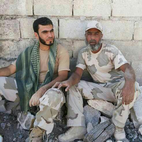 """القيادي وليد الحساني (يمين الصورة) إلى جانب قائد """"جيش النصر"""" محمد منصور (تويتر)"""