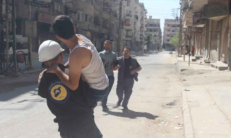 فرق الدفاع المدني تخلي جرحى القصف المدفعي على عين ترما في الغوطة الشرقية - 28 آب 2017 (الدفاع المدني)
