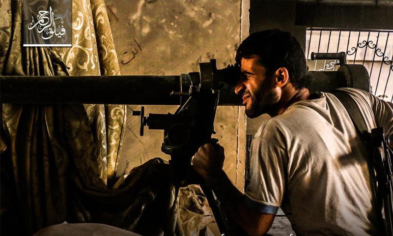 مقاتل من فيلق الرحمن على الجبهات العسكرية في بلدة عين ترما في الغوطة الشرقية - 8 آب 2017 - (عنب بلدي)