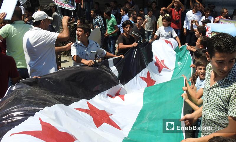 مظاهرة في مدينة اعزاز شمال حلب طالبت الجيش الحر باسترجاع قرى سيطرت عليها قسد مؤخرًا - 4 آب 2017 - (عنب بلدي)