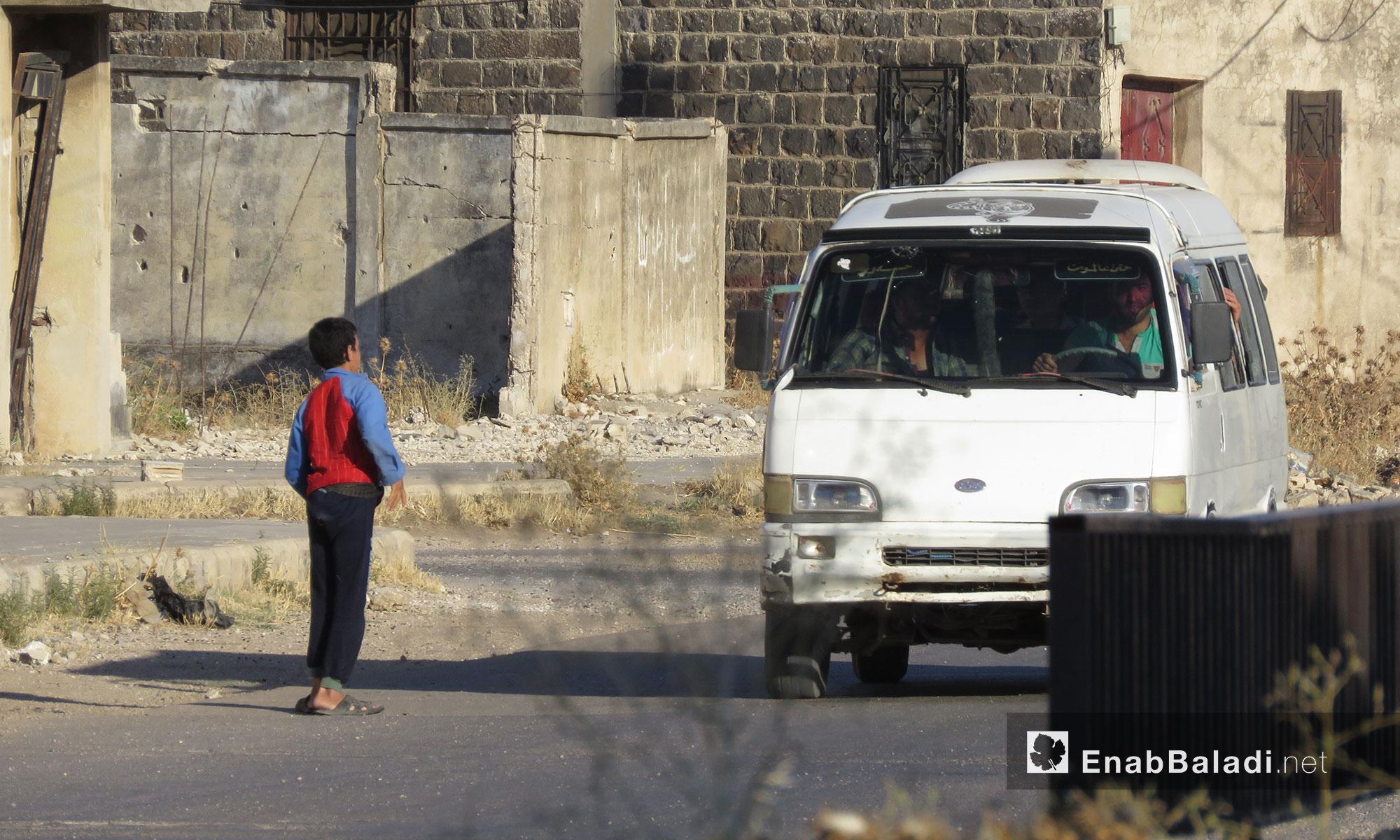 وسيلة نقل عامة تقل الركاب في الحولة بريف حمص - 25 تموز 2017 (عنب بلدي)