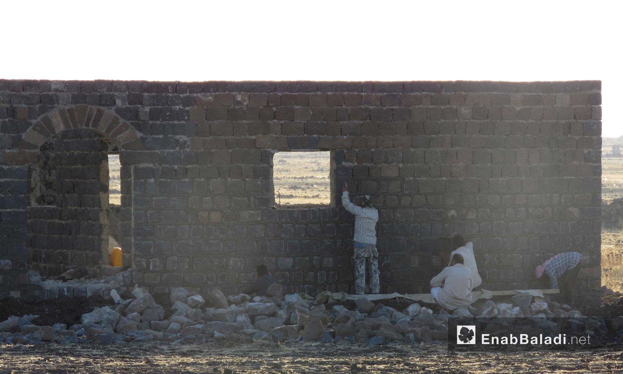 ترميم أحد الأبنية المهدمة في الحولة بريف حمص - 25 تموز 2017 (عنب بلدي)