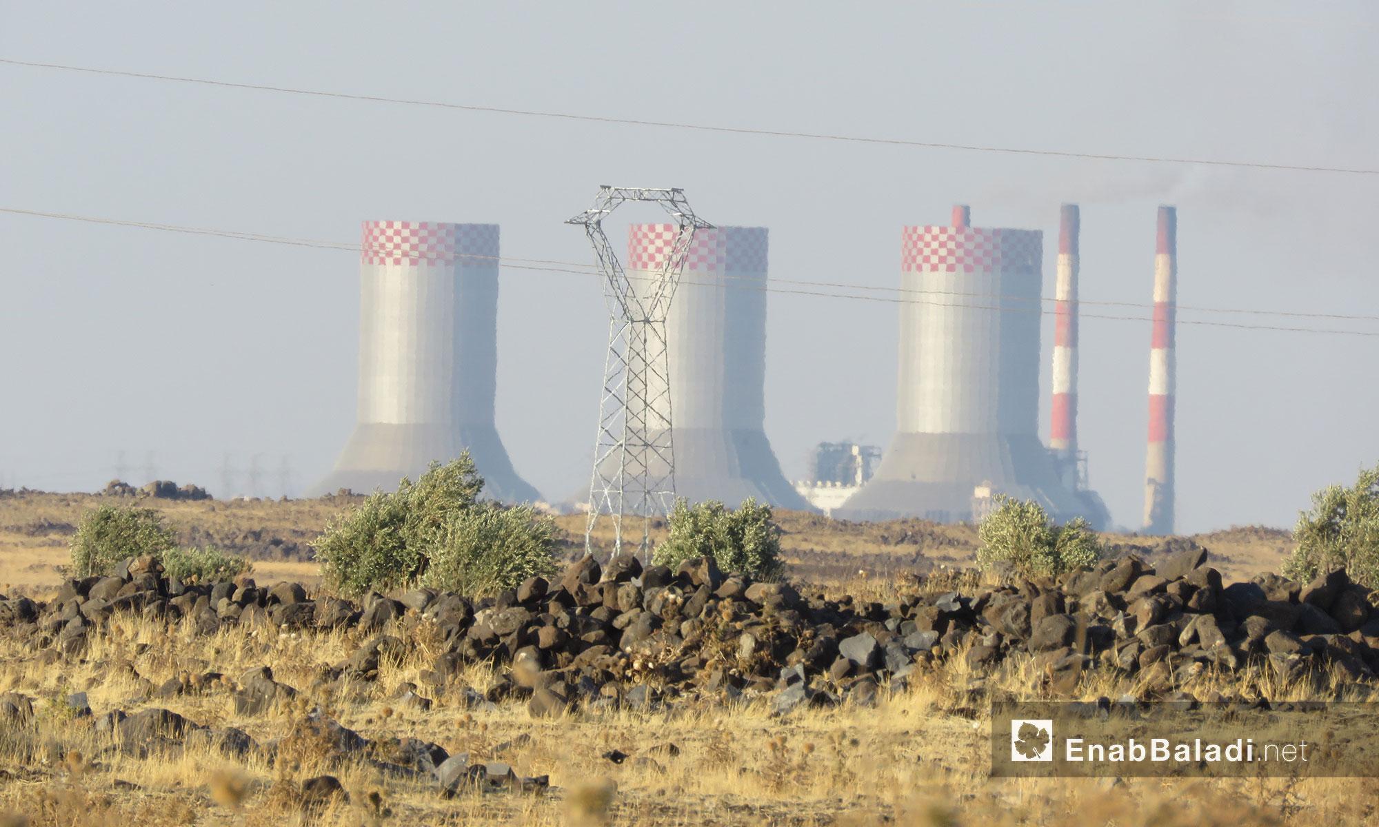 """محطة توليد الكرباء """"زيزون الحرارية كما تبدو من الحولة بريف حمص - 25 تموز 2017 (عنب بلدي)"""