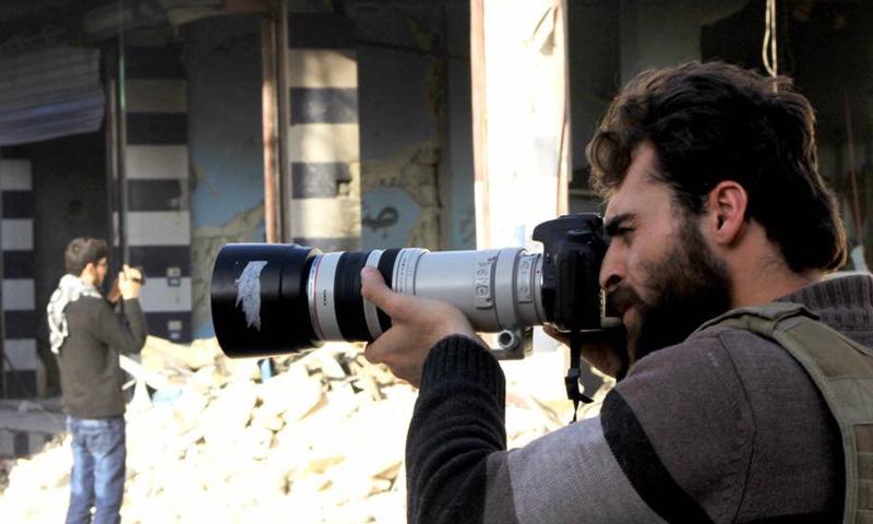 تعبيرية: الإعلامي والمصور خالد العيسى الذي قتg إثر عبوة ناسفة في حلب - 2016 (فيس بوك)