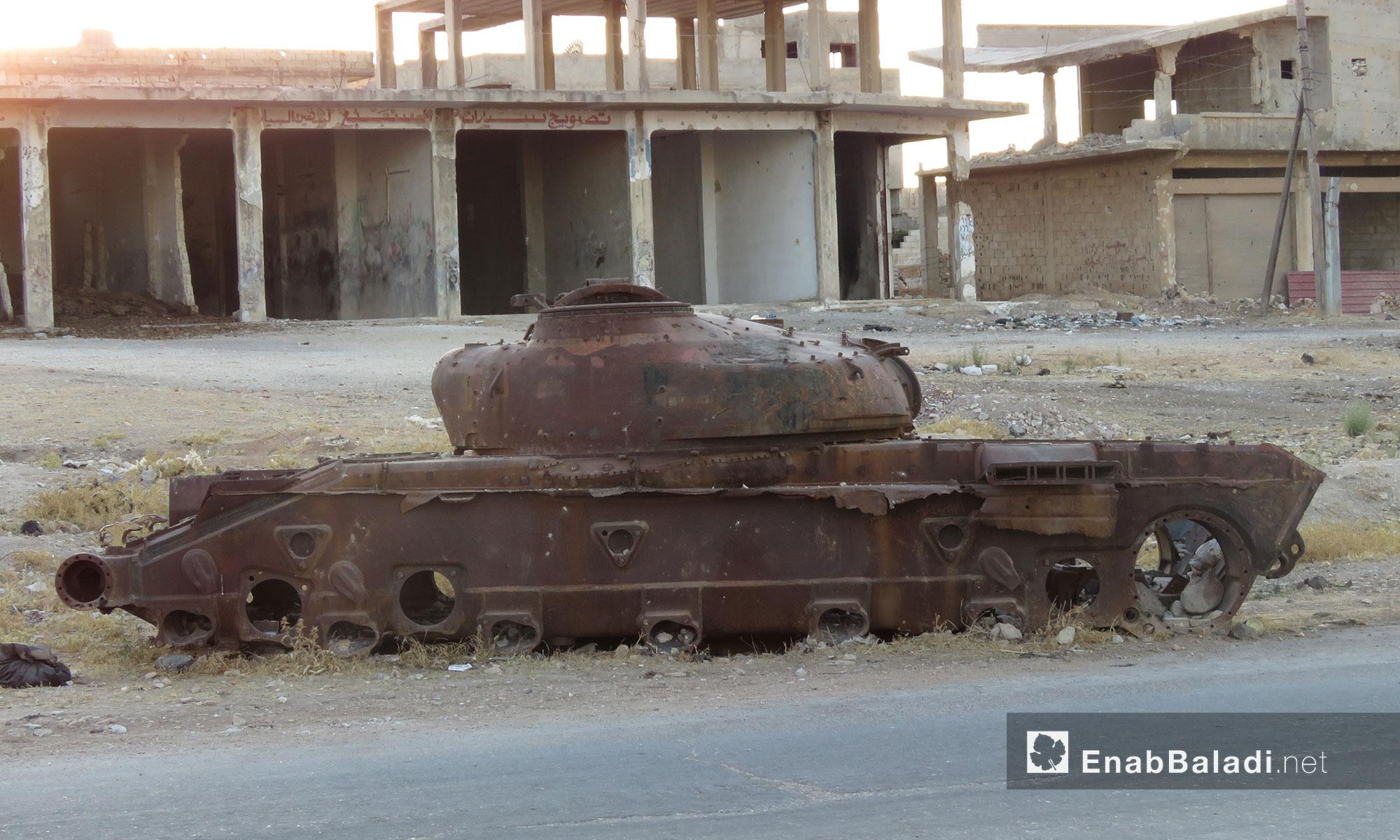 أحد دبابات النظام المدمرة على الطريق الدولي دمشق- حمص - 25 تموز 2017 (عنب بلدي)