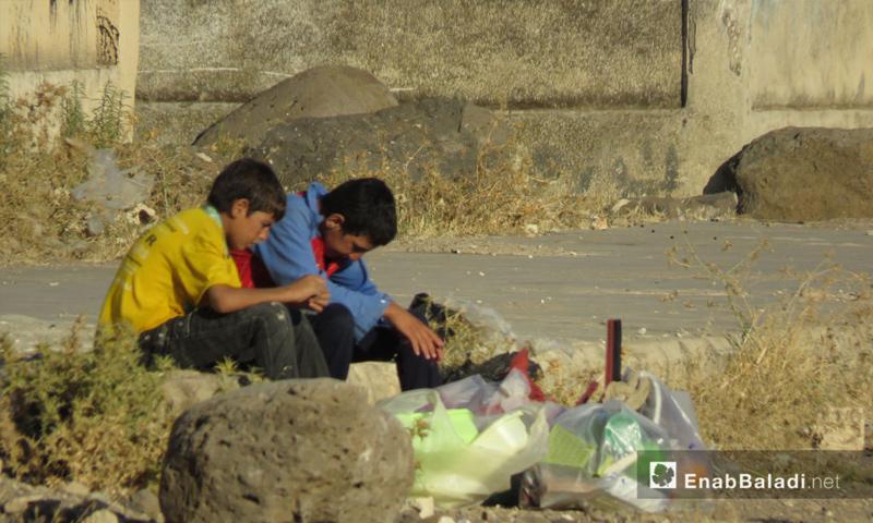 طفلان في مدينة الحولة بريف حمص الشمالي - 1 آب 2017 - (عنب بلدي)