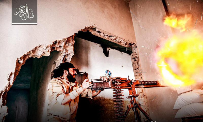 مقاتل من فيلق الرحمن أثناء التصدي لاقتحام قوات الأسد على محور عين ترما في الغوطة الشرقية - (فيلق الرحمن)