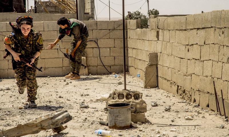 مقاتلات من قوات سوريا الديموقراطية أثناء المواجهات العسكرية في مدينة الرقة - 28 آب 2017 (غضب الفرات)