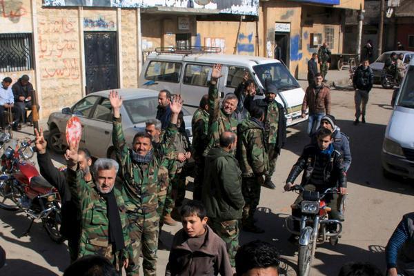 مقاتلون في قوات الأسد يحتفلون مع سكان نبل والزهراء بعد فك الحصار عن بلداتهم شمال حلب - 4 شباط 2016( رويترز )