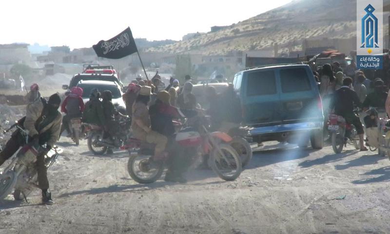 مقاتلين من هيئة تحرير الشام أثناء عملية تبادل الأسرى في جرود عرسال - 31 تموز 2017 - (إباء)