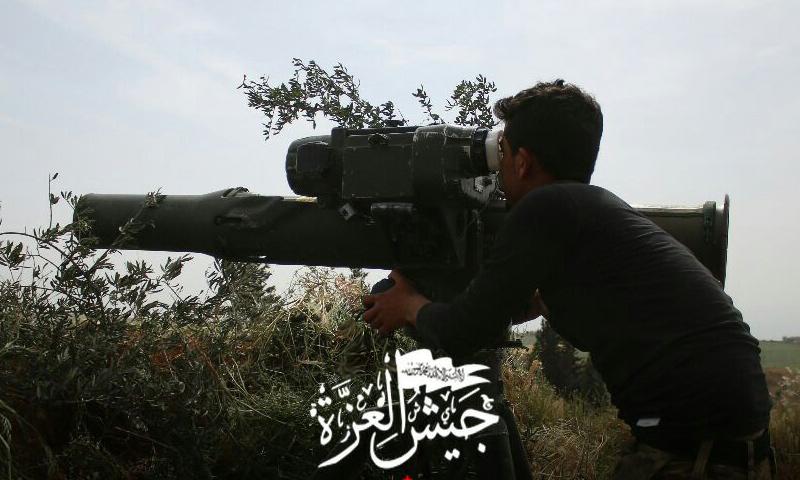 مقاتل من جيش العزة على الجبهات العسكرية بريف حماة الشمالي - (جيش العزة)