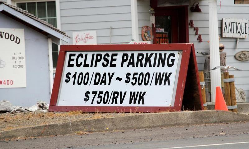 لافتة تحدد أجرة اصطفاف السيارات لمشاهدة الكسوف الكلي في ولاية أوريجون بالولايات المتحدة - 9 آب 2017 (رويترز)