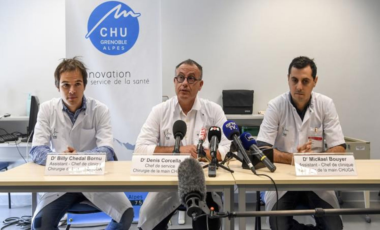 مؤتمر صحفي لأطباء شاركوا في العملية (غيتي الفرنسية)