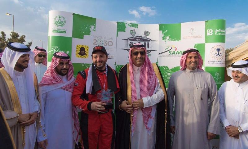 المتسابق فادي حمادة يتقلّد الجائزة من أمير الباحة السعودية (صحيفة سبق)