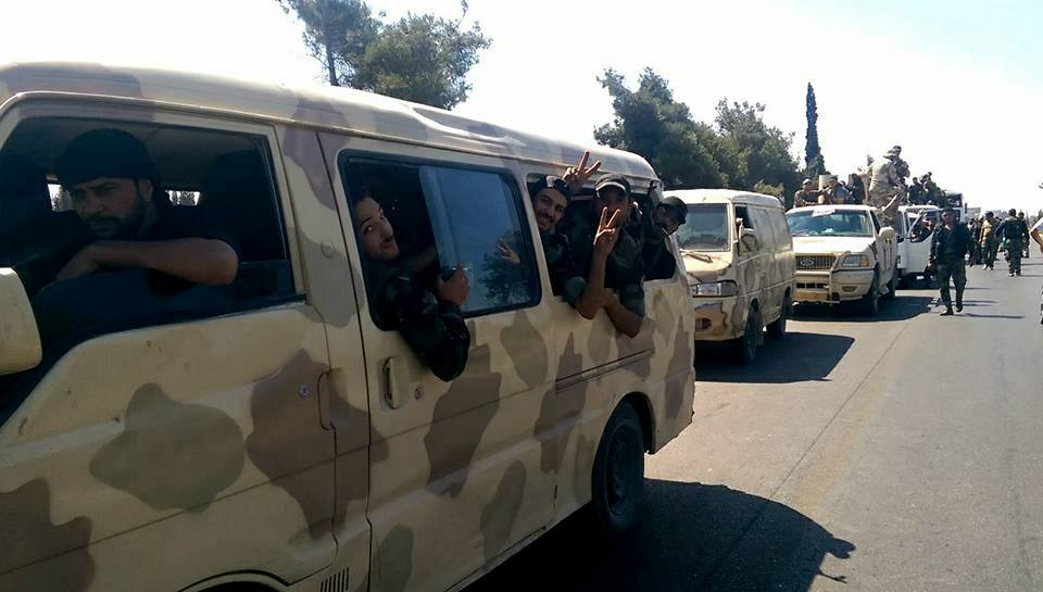 """مقاتلون من """"درع القلمون"""" أثناء توجههم إلى ريف السلمية الشرقي في حماة - 5 آب 2017 (صفحة الميليشيا في فيس بوك)"""