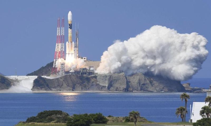 صاروخ ياباني لحظة إطلاقه حاملًا قمرًا صناعيًا - 19 آب 2017 - (رويترز)