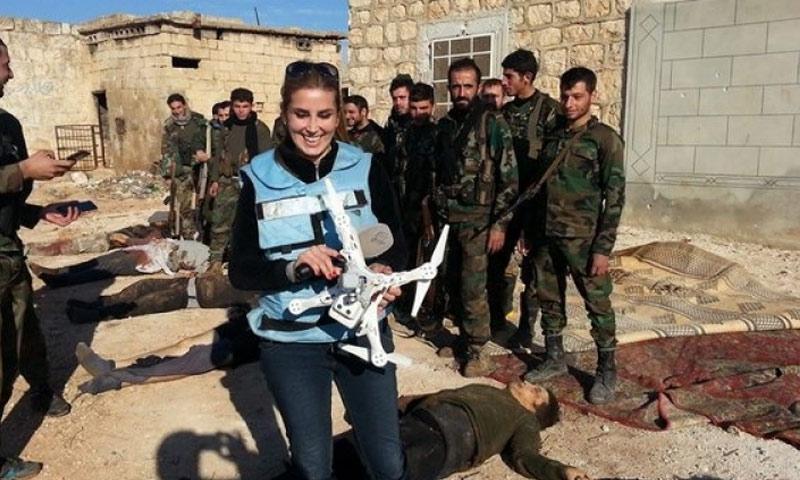 كنانة علوش بجانب جثث مقاتلي المعارضة السورية (انترنت)
