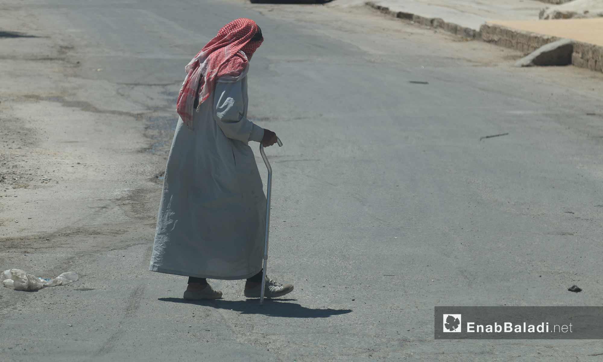 مسن يقطع الشارع في مدينة الأتارب بحلب - 3 آب 2017 (عنب بلدي)