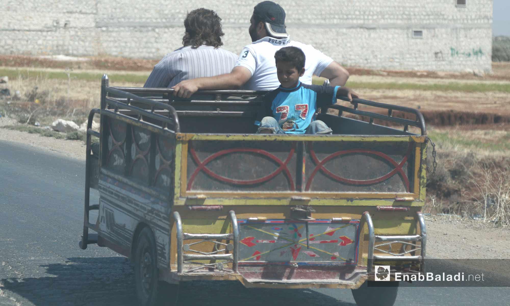 صاحب شحنة يقود شاحنته المشهورة الانتشار في مدينة الأتارب بحلب - 3 آب 2017 (عنب بلدي)