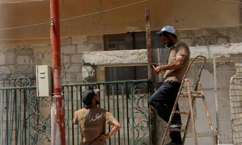 """عمال مؤسسة """"عدالة"""" يعملون في مشروع تأسيس منهل مياه صالحة للشرب في الغوطة - 20 آب 2017 (صفحة المؤسسة في فيس بوك)"""