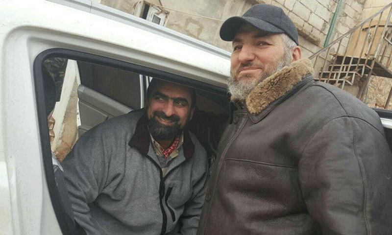 """قائد حركة """"أحرار الشام"""" الجديد، حسن صوفان (يسار الصورة) لدى خروجه في صفقة التبادل - كانون الأول 2016 (أحرار الشام)"""