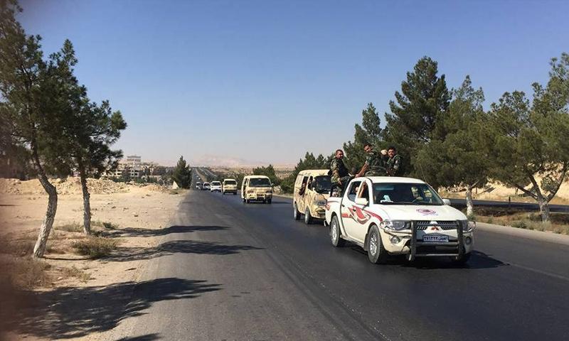 """مقاتلون من """"درع القلمون"""" أثناء توجههم إلى ريف السلمية الشرقي في حماة – 5 آب 2017 (صفحة الميليشيا في فيس بوك)"""