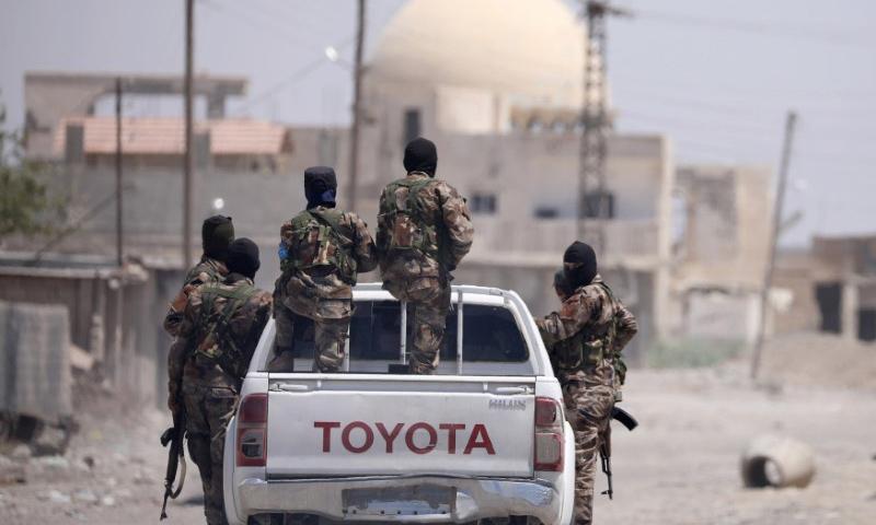 عناصر من قوات سوريا الديموقراطية في أحياء مدينة الرقة - 31 تموز 2017 - (رودي سعيد - رويترز)
