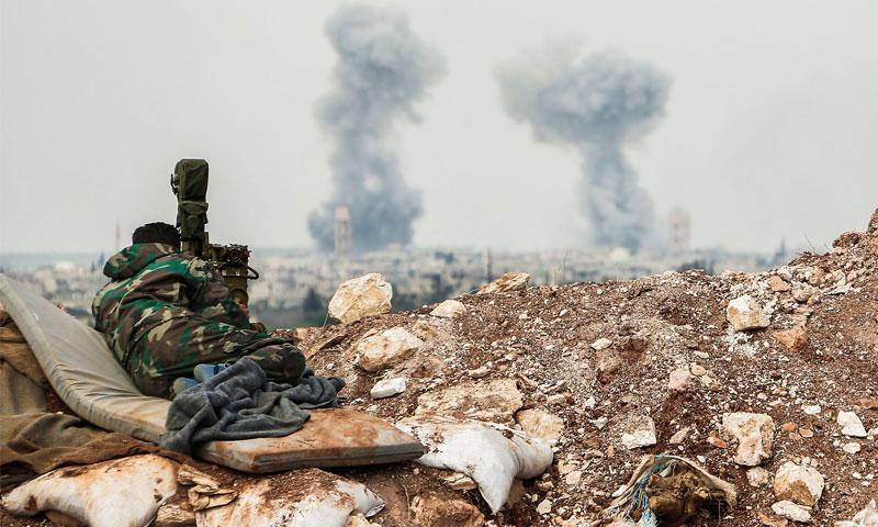 مقاتل من قوات الأسد يقف على مشارف مدينة قمحانة في ريف حماة الشمالي - نيسانن 2017 - (AFP)