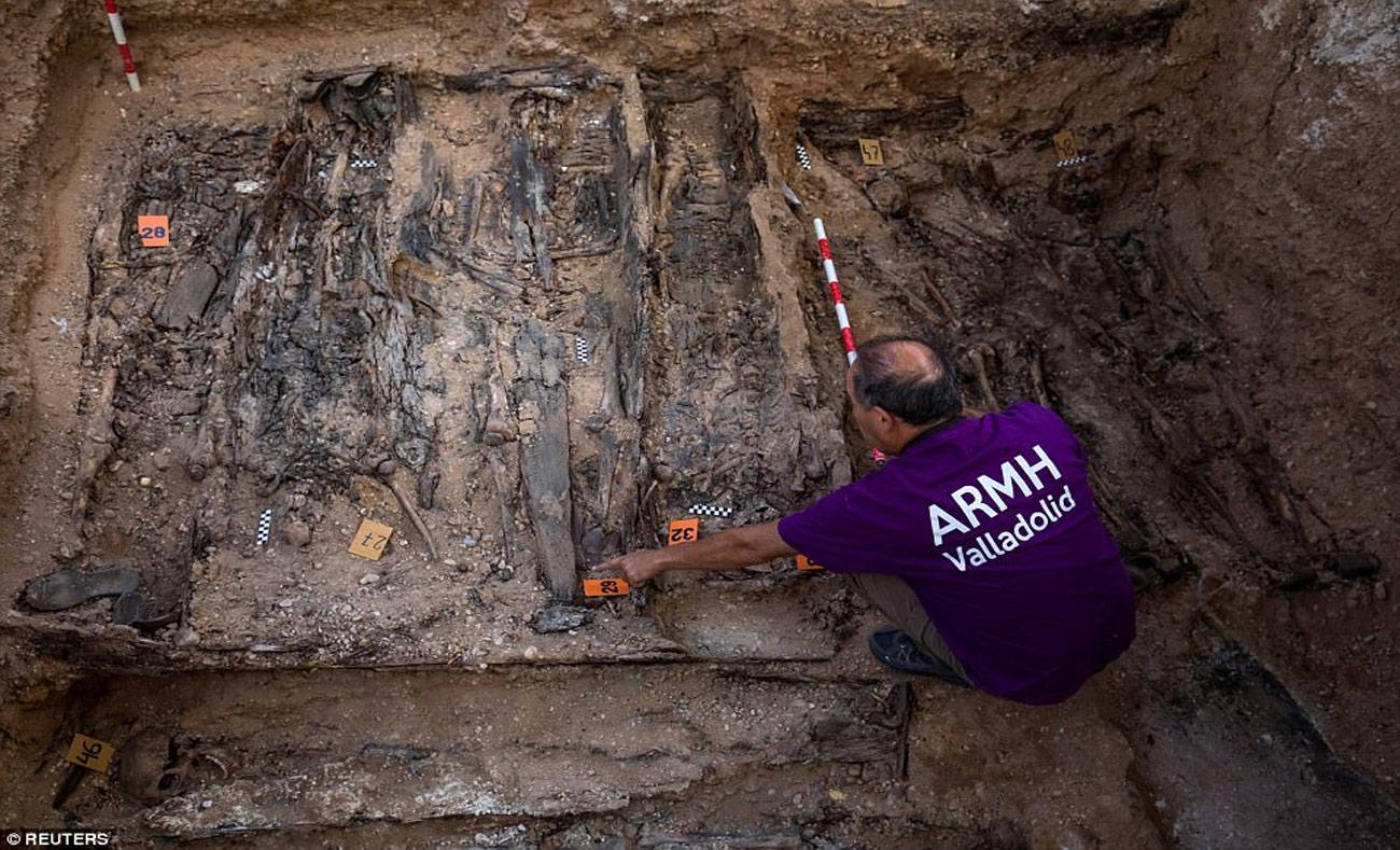 أعمال الحفر في مدينة ابن الوليد وسط اسبانيا - 23 آب 2017 (رويترز)