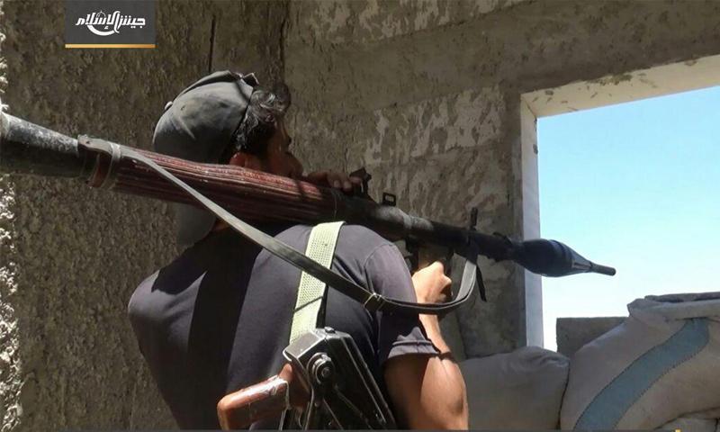 مقاتل من جيش الإسلام على الجبهات العسكري في حوش الضواهرة في الغوطة الشرقية - (جيش الإسلام)
