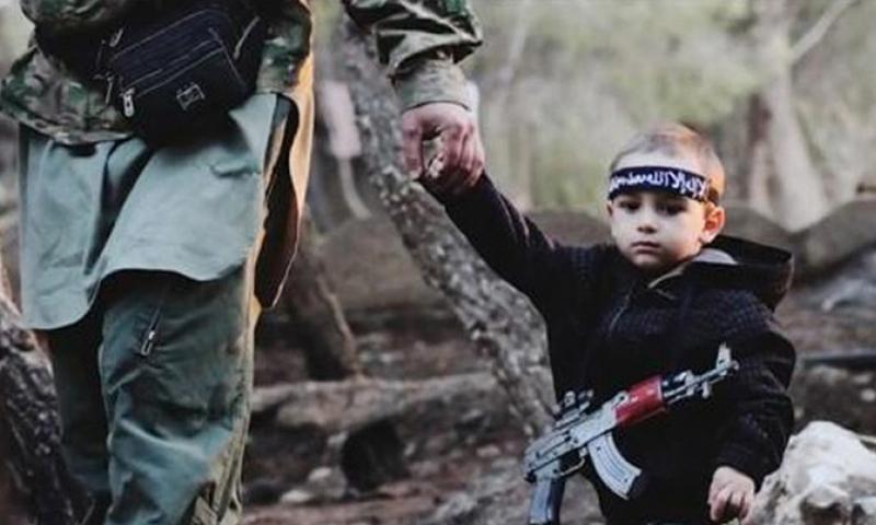 """طفل شيشاني في صفوف تنظيم """"الدولة الإسلامية"""" في العراق - (انترنت)"""