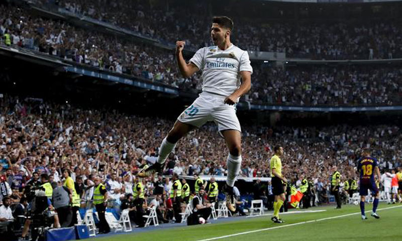 لاعب ريال مدريد الإسباني أسينسيو محتفلًا بهدف سجله في مرمى برشلونة - 16 آب 2017 (AFP)