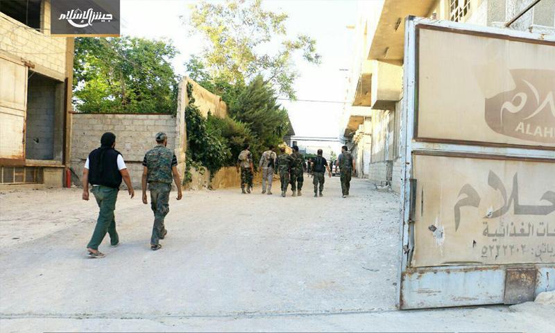 عناصر جيش الإسلام أثناء خروجهم من معامل مزارع الأشعري في الغوطة الشرقية - 25 آب 2017 (جيش الإسلام)